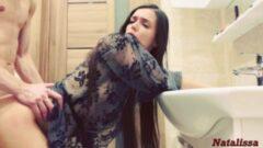 Babası ile telefonla konuşurken sikişen liseli türk kızı